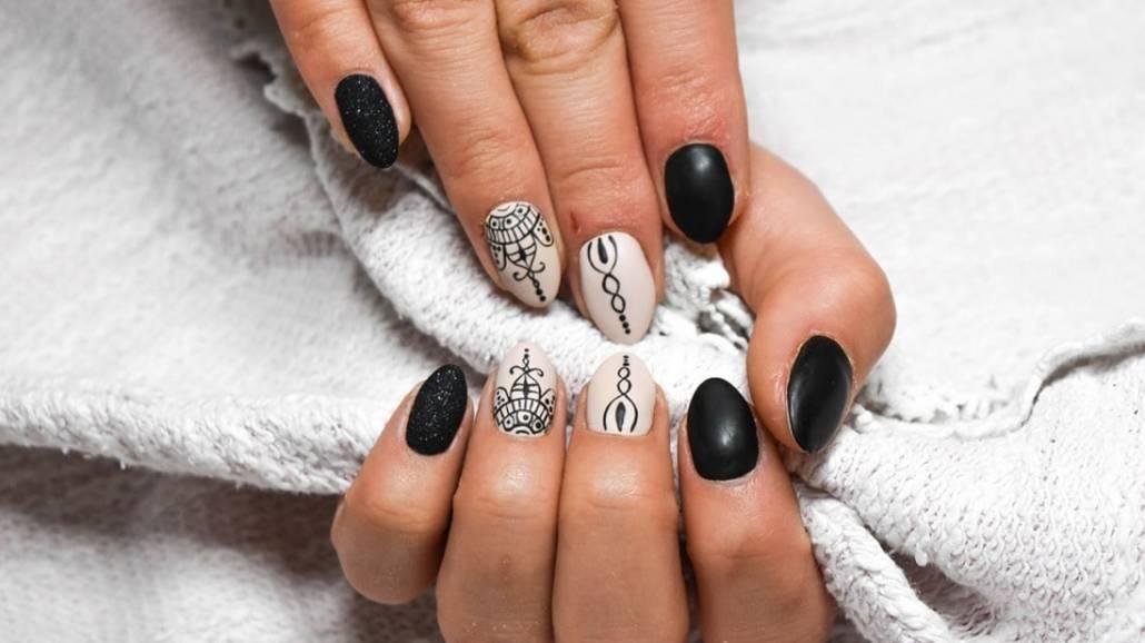 Zobacz, na czym polega technika tatuowania paznokci.
