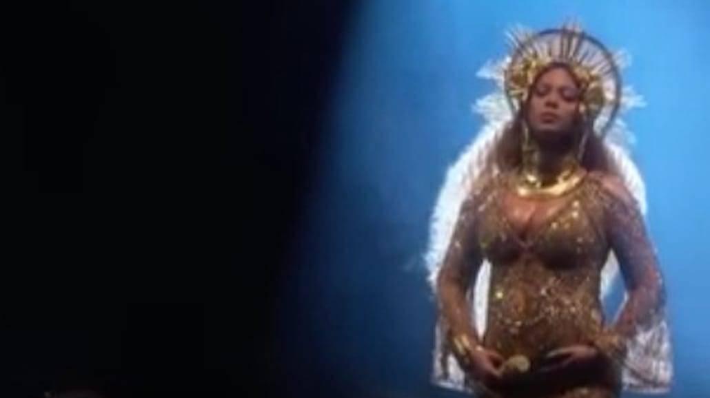 Występ ciężarnej Beyonce na Grammy bije rekordy popularności! Zobaczcie filmik! [WIDEO]