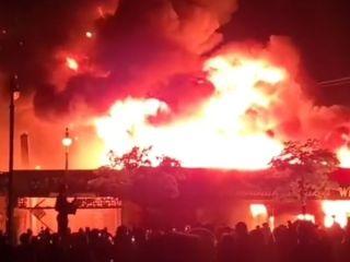 Zamieszki w Minneapolis po śmierci George'a Floyda. Płoną budynki, Trump mówi o strzelaniu do ludzi - Minneapolis, Zamieszki, Powód, George Floyd, Śmierć, Aresztowanie, Nagranie, Donald Trump Twitter