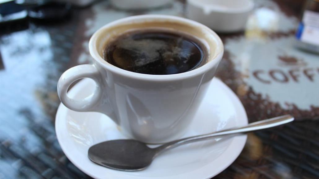 Zaczynasz dzień od kawy. To błąd. Nie doda ci energii