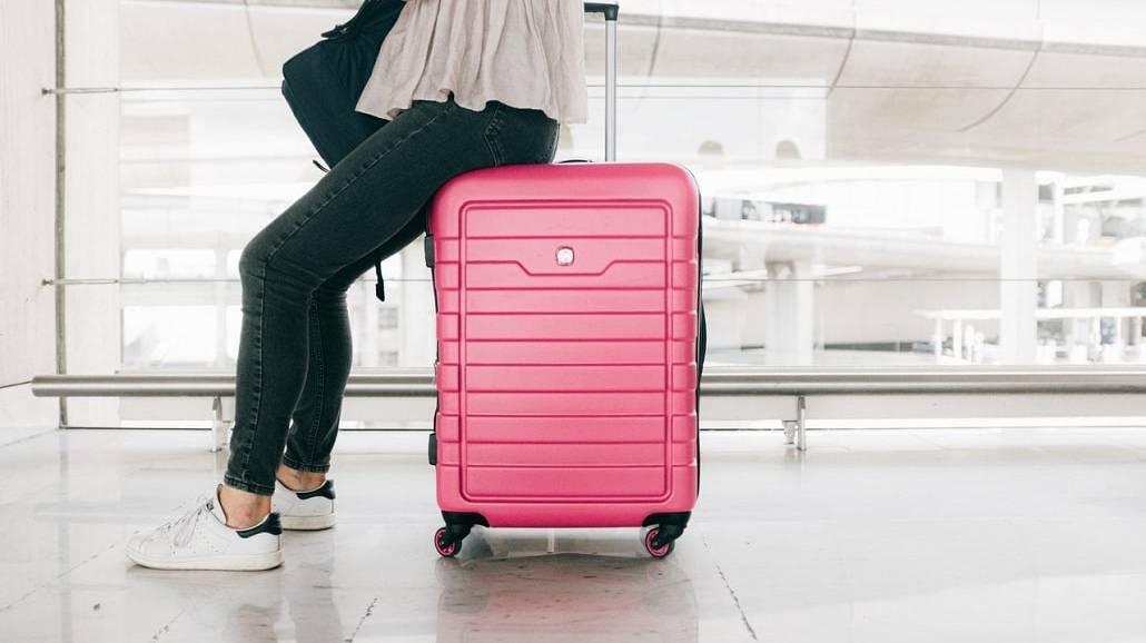 kobieta siędząca na walizce