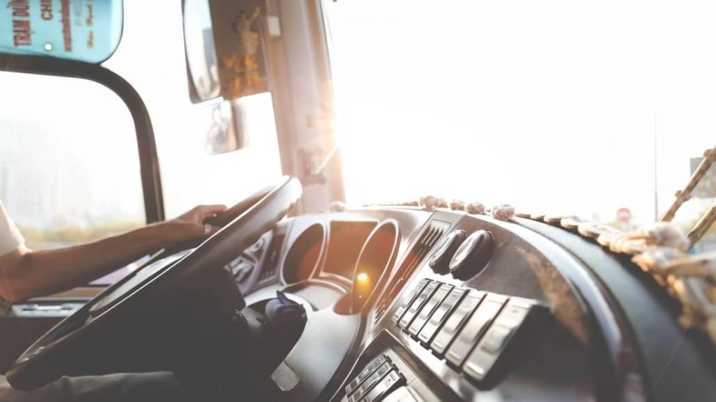 W zderzeniu ciÄ™ÅźarÃłwki i autobusu zginęły dwie osoby, a cztery zostaÅ'y ranne.